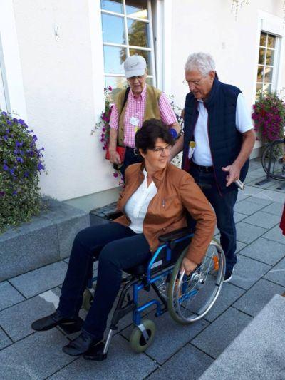 Im Foto v.l. hinten Edi Schieder: VdK Barrierefrei Berater Uwe Ennulat: VdK Ortsvorsitzender Penzberg Susann Enders: VdK Oberland Kreisvorsitzende (im Rollstuhl)