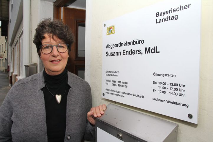 Susann Enders vor dem Abgeordnetenbüro