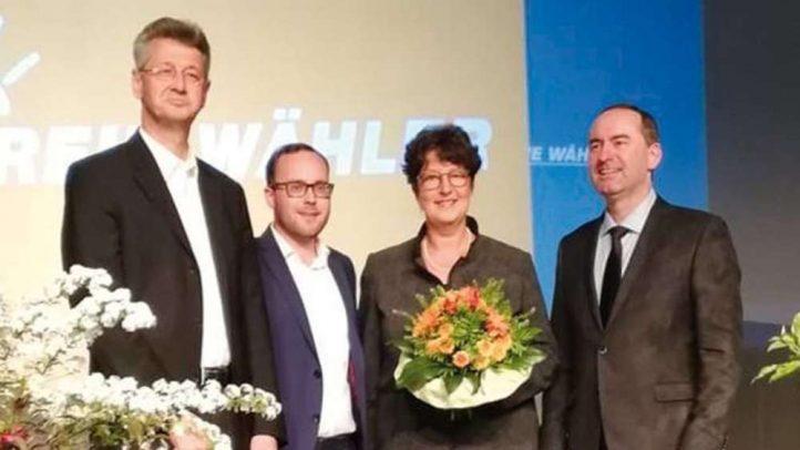 Blumen für Susann Enders (3. v.l.) gab es von (v.l.) Michael Piazol o, Felix Locke und Hubert Aiwanger. - © Freie Wähler